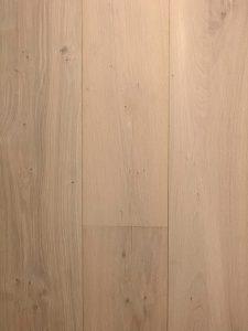 Deze eiken houten vloer is rustig omdat de vloer weinig noesten bevat