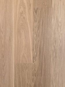 Deze vloer heeft weinig noesten en is hierdoor rustig en daarnaast zijn de planken geborsteld