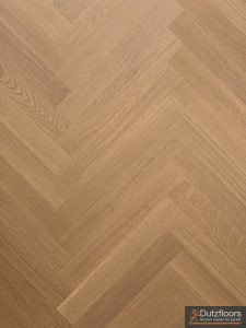 Deze semi tapis visgraat vloer is invisible gelakt