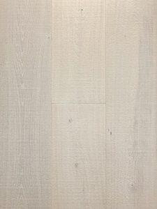Deze spierwitte bezaagde houten vloer maken we in tal van breedtes