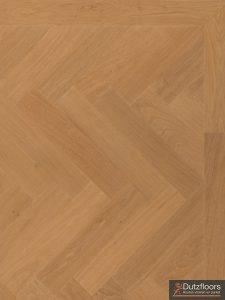Deze tapis eiken visgraat vloer is bruut gelegd, hierdoor zijn de spijkergaatjes zichtbaar.