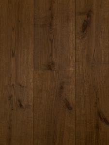 Deze houten vloer in met een bruine ultraviolette olie afgewerkt, sterk en slijtvast