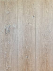 Deze white wash houten vloer heeft doordat deze ultraviolette geolied is een sterke topcoating