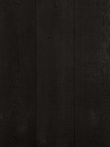 Deze bezaagde vloer is met een zwarte tint afgewerkt