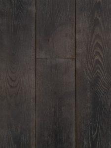 Deze zwarte houten vloer is verkrijgbaar in tal van diktes, breedtes en aantal noesten.