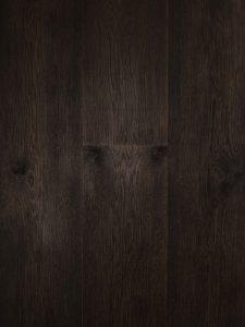Deze zwarte houten vloer is geschikt om te leggen op vloerverwarming