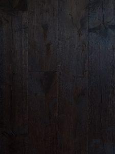 Deze zwarte oude planken vloer maken we voor je op maat!