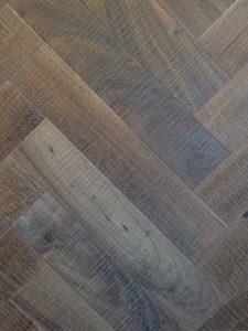 Bezaagde eiken visgraat vloer