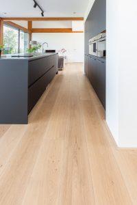Blanke eiken vloer met sterke beschermlaag