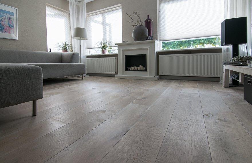 Grijs geoliede houten vloer