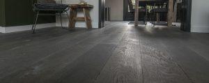Grijze houten vloeren