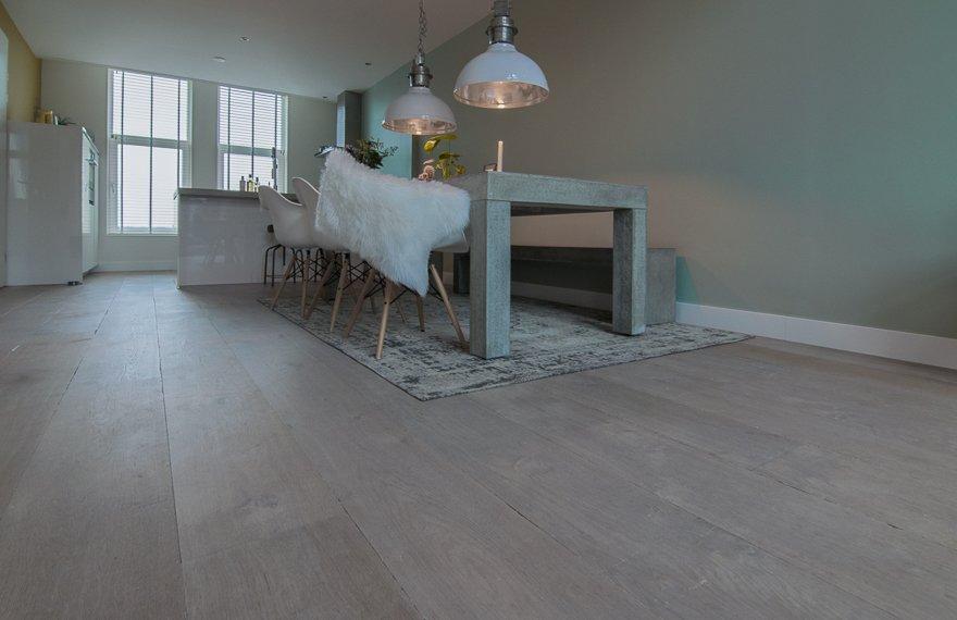 Grijzige houten vloer