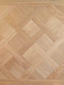 Deze Versailles parket vloer is met een zandkleurig olie afgewerkt.