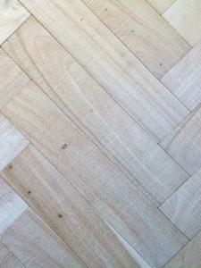 Deze witte notenhouten visgraat vloer heeft een luxe en tijdloos karakter.