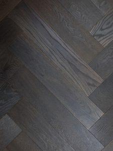 Zwart geoliede visgraat vloer geschikt voor iedere leefsituatie.