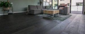 Zwarte eikenhouten vloeren