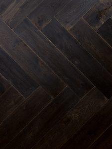 Zwarte visgraat duoplank vloer