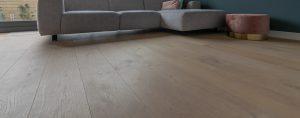 Moderne geschuurde houten vloer