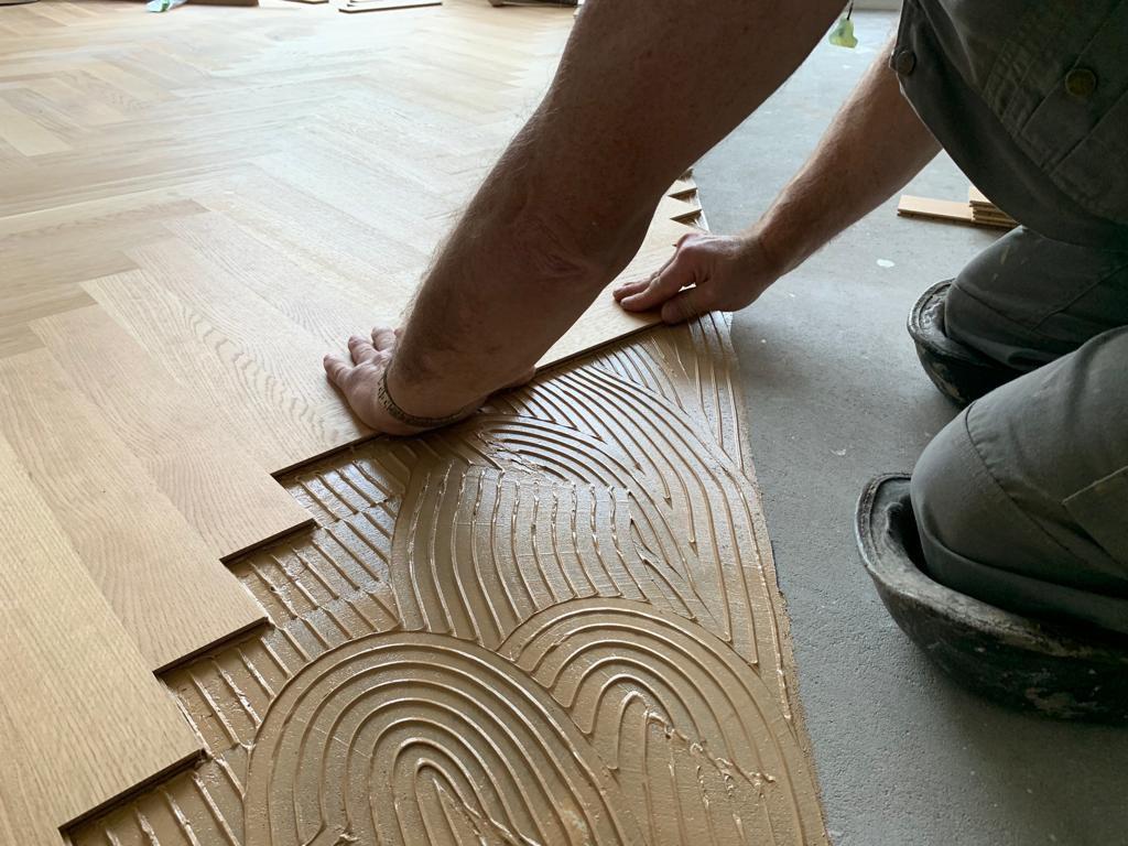 Leggen houten vloer op vloerverwarming