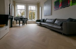 Strakke tapis visgraat vloer
