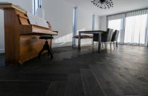 Zwarte duoplank visgraat vloer