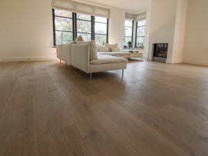 Donker gerookte houten vloer