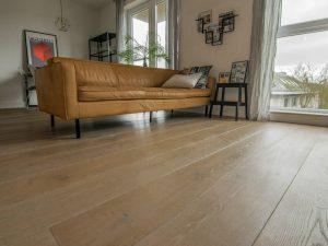 Geborstelde en gerookte houten vloer