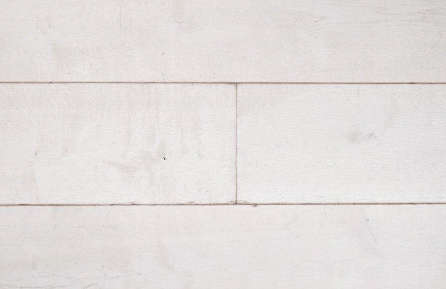 Intens wit gebeitste houten vloer