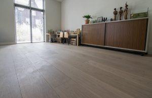 Plaatsen van houten vloer