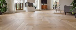Houten vloer in nieuwbouwwoning op vloerverwarming