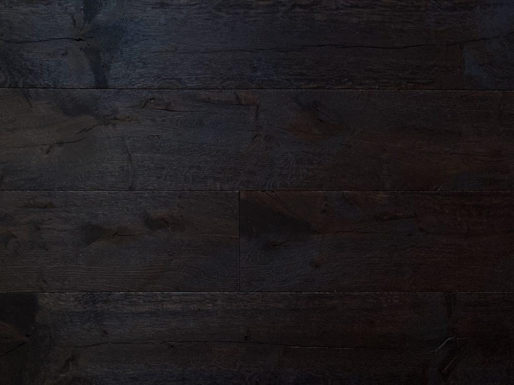 Karaktervolle zwarte houten vloer