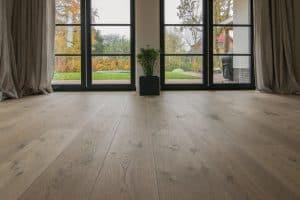 Brede planken vloer van eikenhout