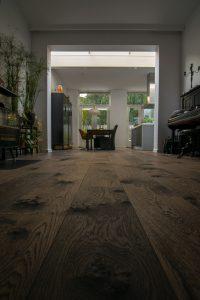 Bruin geschaafde vloer