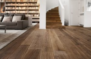 Bruine vloer wisselende breedtes