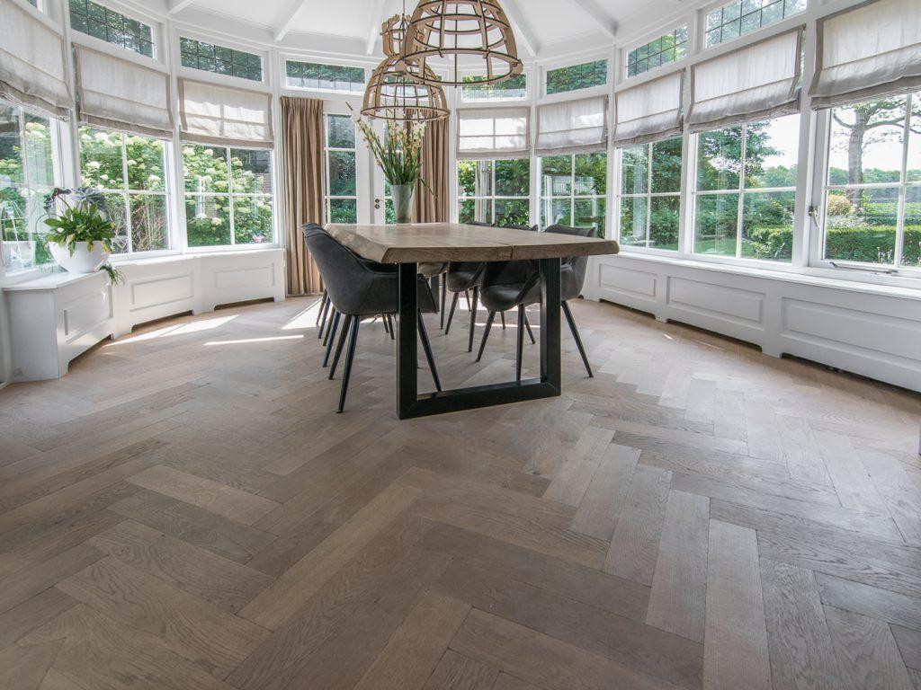 Bruut gelegde tapis visgraat vloer inspiratie