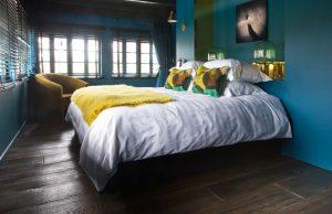 Donkere vloer in slaapkamer