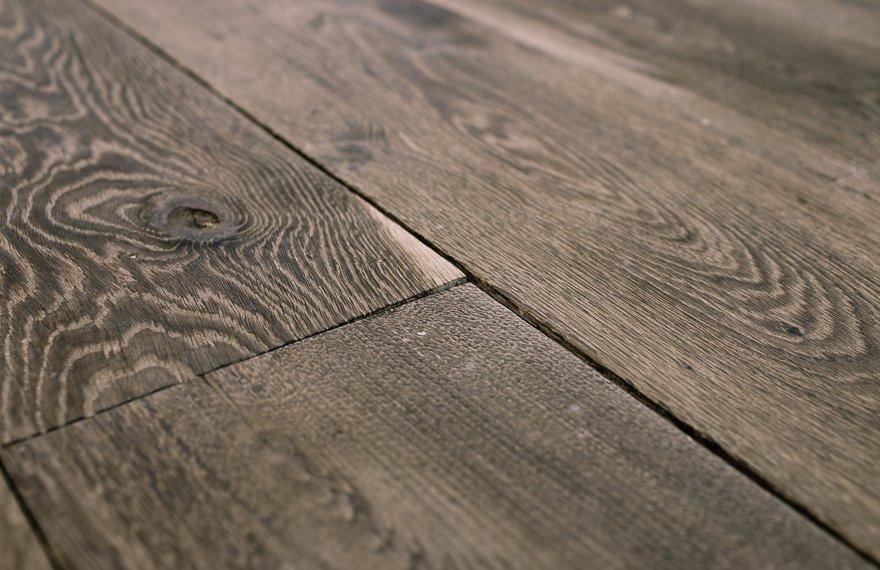 Grijze geborstelde vloer
