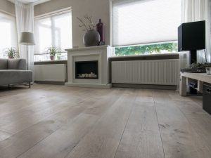 Grijze houten vloer donker gerookt