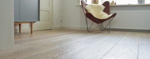 Houten vloer leggen op gietvloer met vloerverwarming