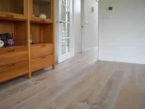 Lichte eiken vloer van hout
