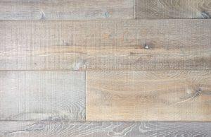 Oude bezaagde houten vloer