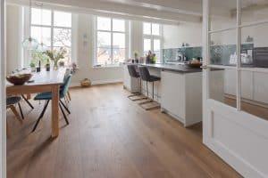 Verouderde eiken vloer keuken
