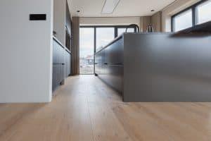 Verouderde vloer in keuken