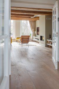 Verouderde vloer woonkamer