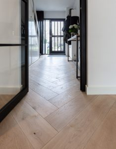 Visgraat vloer geplaatst in Drachten