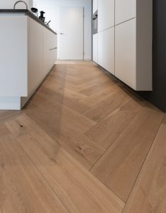 Visgraat vloer in keuken geplaatst