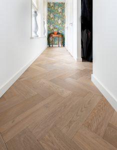 Visgraat vloer met kleurnuances