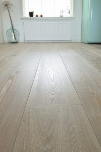 Witte geborstelde vloer