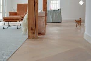 Witte strakke visgraat vloer