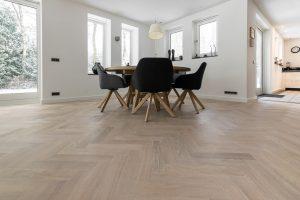 Witte tapis visgraat vloer